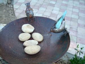 Faux oiseaux et galets de la plage