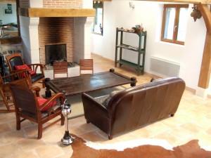 Grand salon avec le feu de cheminée